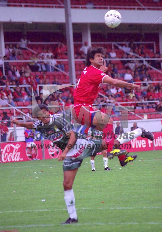 Toluca, Méx.- José Saturnino Cardoso disputa una pelota en el primer encuentro del torneo de invierno 2001 en donde los Diablos Rojos obtuvieron su primer tiunfo ante el León por tres goles a uno. Agencia MVT / Arturo ROsales Chávez
