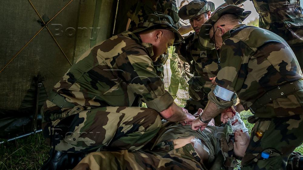 La FRAOS 2016 s&rsquo;est d&eacute;roul&eacute;e au sein du camp militaire de la Valbonne (01) sur le th&egrave;me &laquo;prise en charge initiale du blesse de guerre &raquo;.<br /> Au cours de cette semaine, les r&eacute;servistes du SSA (Service de Sant&eacute; des Arm&eacute;es) ont participe a diff&eacute;rents ateliers qui les ont mis en situation suivant le th&egrave;me de celui-ci et grace au soutien du R&eacute;giment M&eacute;dical avec des simulations tr&egrave;s r&eacute;alistes. Formation annuelle elle r&eacute;unit pendant une semaine sur le camp militaire de la Valbonne, 65 stagiaires r&eacute;servistes op&eacute;rationnels du service de sant&eacute; des arm&eacute;es venant de toute la France.Cette formation leur permet d&rsquo;acqu&eacute;rir et de consolider des connaissances th&eacute;oriques et pratiques tant militaires que techniques.Ils sont venus afin d&rsquo;am&eacute;liorer et faire &eacute;voluer leurs comp&eacute;tences dans la m&eacute;decine de combat.Cette formation est encadr&eacute;e par le personnel du CeFos (Centre de Formation Op&eacute;rationnel Sant&eacute;) mais &eacute;galement du Rmed (R&eacute;giment M&eacute;dical)