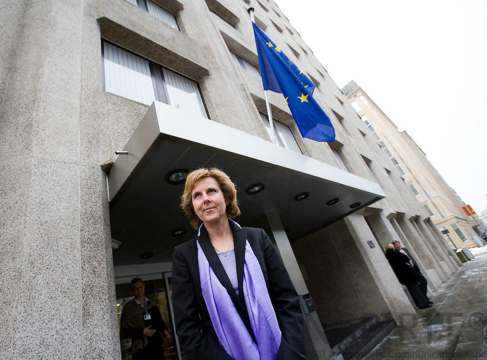 BRUXELLES - BELGIEN - 22 DECEMBER 2009 -- Connie Hedegaard havde knap overstået sit arbejde som minister for klimatopmødet i COP15 i København, da hun dagen efter sin afskedsbegæring hos Dronningen var i arbejde som EU's kommende klima kommissær i Bruxelles. Mandag morgen og hele dagen deltog hun og hendes kommende kommissærkollegaer i et hermetisk lukket møde sammen med formanden for Europa Kommissionens formand Jose Manuel Barroso, hvor de fik information om reglerne for deres virke, deres administration og budgetter. Tirsdagen var igen hektisk, hvor hun interviewer kandidater til hendes kommende kabinet. Her ses under en lille pause fra sine ansættelses interviews ude foran den bygning i EU kvarter i Bruxelles, hvor hun midlertidigt har sit kontor, inden de nye kommissærer kan flytte ind i Europa Kommissionen hovedkvarter, Berlaymont, 10 minutters gang derfra. Photo: Erik Luntang  PHOTO: ERIK LUNTANG