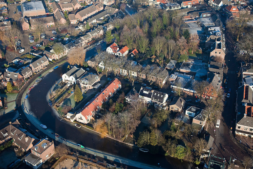 Nederland, Noord-Holland, Abcoude, 10-01-2009; dorpskern met bevroren riviertje de Angstel, rechts de Hoogstraat; gerenonoveerde huizen en stadsvilla's; village center with frozen river Angstel, to the right Hoogstraat; renovated houses, town villas; villadorp, yup, yuppie, ijs, ice;  .luchtfoto (toeslag); aerial photo (additional fee required); .foto Siebe Swart / photo Siebe Swart