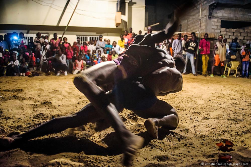 Jugendliche verfolgt gespannt einen von Kherou Ngor organisierten Kampf im Quartier Ngor in Dakar.