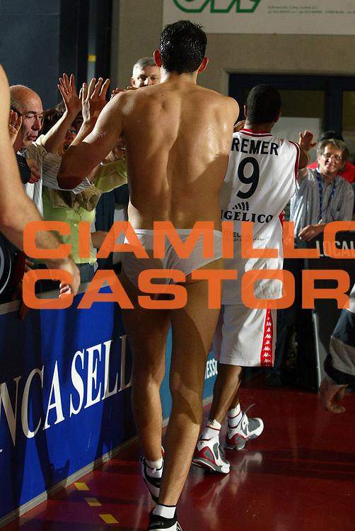 DESCRIZIONE : Biella Lega A1 2005-06 Play Off Quarti Finale Gara 4 Angelico Biella Climamio Fortitudo Bologna <br /> GIOCATORE : Garri<br /> SQUADRA : Angelico Biella <br /> EVENTO : Campionato Lega A1 2005-2006 Play Off Quarti Finale Gara 4 <br /> GARA : Angelico Biella Climamio Fortitudo Bologna <br /> DATA : 26/05/2006 <br /> CATEGORIA : Curiosita<br /> SPORT : Pallacanestro <br /> AUTORE : Agenzia Ciamillo-Castoria/E.Pozzo