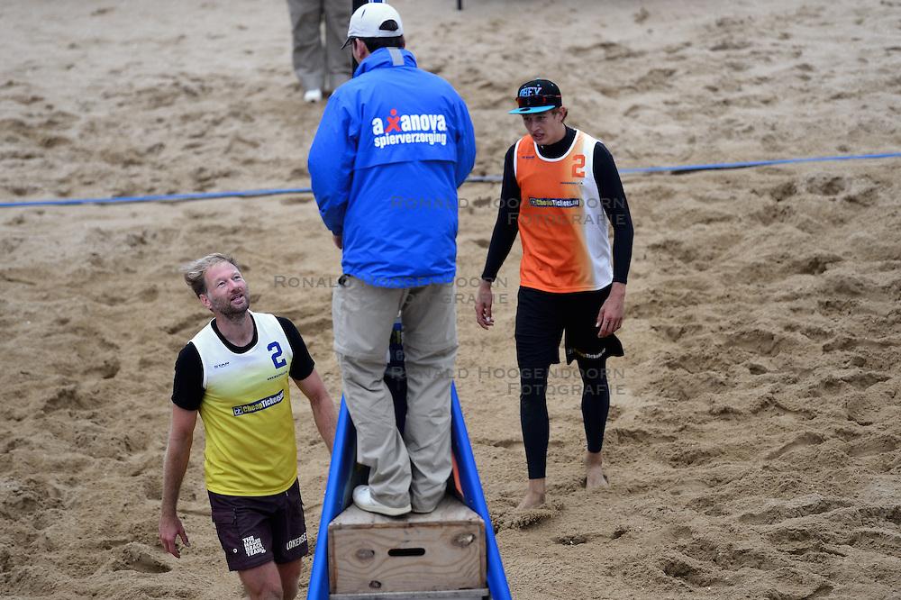16-08-2014 NED: NK Beachvolleybal 2014, Scheveningen<br /> Lijnrechter in discussie met speler Timko Lokerse (2), scheidsrechter beslissing. Rechts Steven van de Velde