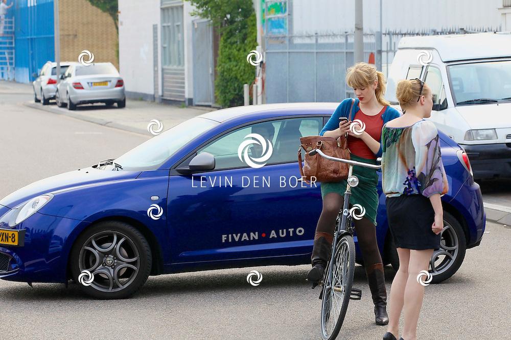 AMSTERDAM - Vlak bij de Dutch Studio's te Amsterdam is  actrice Noortje Herlaar gespot. FOTO LEVIN DEN BOER - PERSFOTO.NU