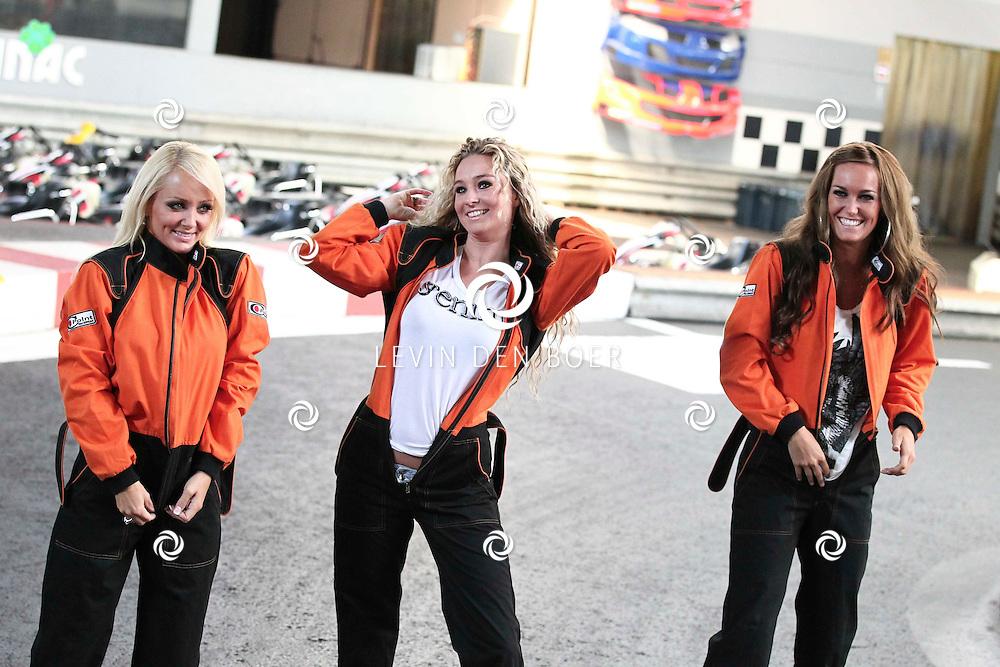 NIJMEGEN - Vrijdag de 13e heeft de populaire meidengroep Djumbo haar vierde album getiteld 'Chase' gelanceert. Het album bevat 14 vrolijke hits zoals we ze gewend zijn van de meiden; half Nederlands, half Engels en met een hoog meezing- en swinggehalte. Met vlnr Lindsy Schuman Lotte Prijs en Svenja van Beek. FOTO LEVIN DEN BOER - PERSFOTO.NU