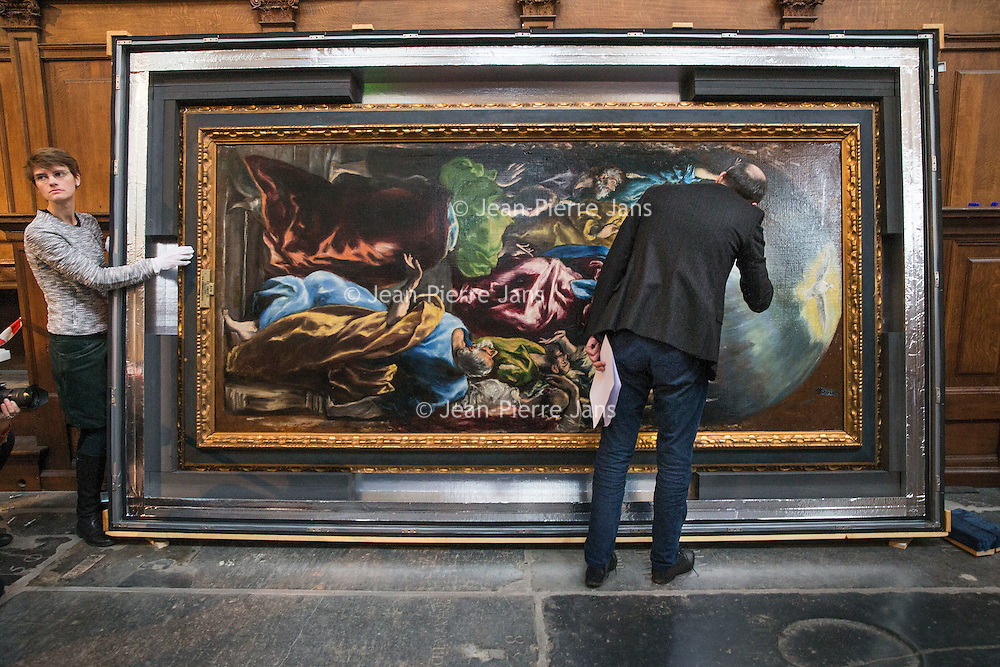 Nederland, Amsterdam, 16 februari 2017.<br /> El Greco als zesde Meesterwerk in De Nieuwe Kerk Amsterdam.<br />Uitpakken en persviewing El Greco's Pentecostés<br />Een van de meest oorspronkelijke en spirituele werken van El Greco is dit jaar Meesterwerk in De Nieuwe Kerk Amsterdam.<br />Op de foto: Prado conservator José Alvaro Perdices controlleert het doek op eventuele beschadigingen.<br /><br /><br /><br />Foto: Jean-Pierre Jans