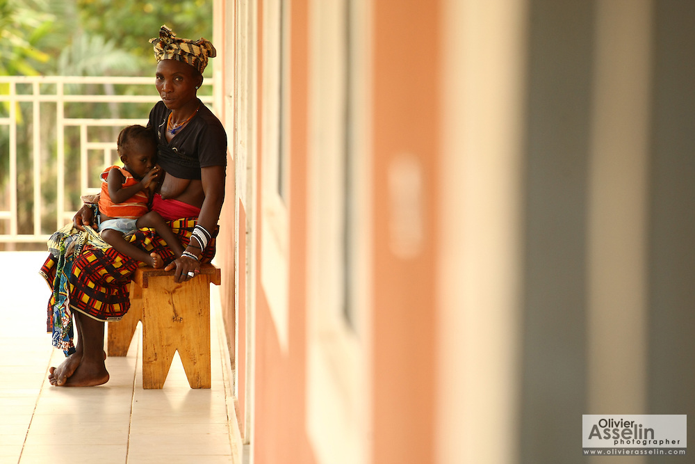 Isatu Conteh and her 1y9m old child outside a screening room at the Magbenthe hospital in Makeni, Sierra Leone on Thursday February 26, 2009. .Isatu has lost 3 children to malnutrition already, this is her only child.