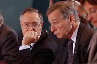 15 JAN 2003, BERLIN/GERMANY:<br /> Hans Eichel (L), SPD, Bundesfinanzminister, und Wolfgang Clement (R), SPD, Bundeswirtschaftsminister,  im Gespraech, am Kabinettstisch, vor Beginn der Kabinettsitzung, Bundeskanzleramt<br /> IMAGE: 20030115-01-014<br /> KEYWORDS: Kabinett, Sitzung, Gespräch