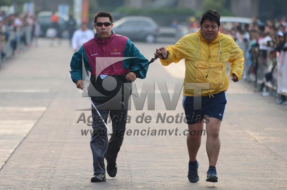 Toluca, México.- Más de 2 mil corredores se dieron cita en el Medio Maratón de la ciudad de Toluca, teniendo como salida y meta el Palacio de Gobierno recorriendo varios puntos importantes de la capital exiquense. Agencia MVT / Arturo Hernández S.
