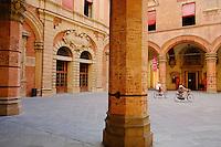 Italie, Emilie-Romagne, Bologne, Piazza Maggiore, cour du Palazzo Comunale // Italy, Emilia-Romagna, Bologna, Piazza Maggiore, Palazzo Comunale courtyard