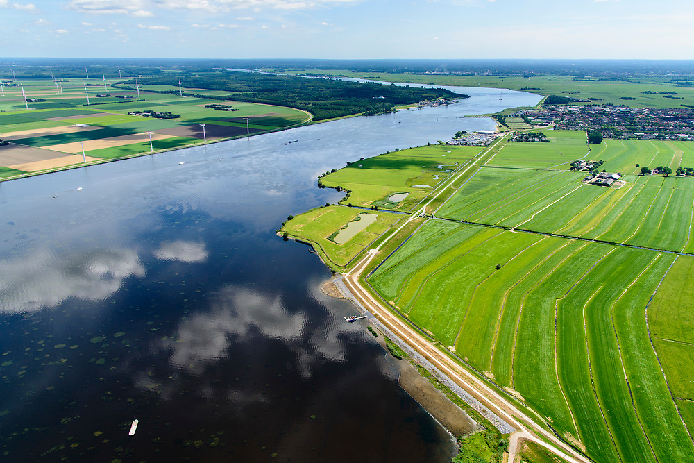 Nederland, Utrecht, gemeente Bunschoten, 17-07-20170; Eemdijk en Westdijk, ten westen van Spakenburg. De Dijk Zuidelijke Randmeren is in het kader van het Hoogwaterbeschermingsprogramma versterkt en verbeterd<br /> The Dike Southern Randmeren has been strengthened and improved in the context of the High Water Protection Program.<br /> <br /> luchtfoto (toeslag op standard tarieven);<br /> aerial photo (additional fee required);<br /> copyright foto/photo Siebe Swart
