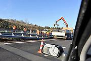 Nederland, Venray, 28-11-2011Na een ongeluk m,et een vrachtwagen wprdt de vangrail vervangen. Hoervoor is de snelweg a73 afgesloten en staat er een grote file.Foto: Flip Franssen/Hollandse Hoogte