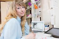 Åsa Ekström vid sin arbetsplats i hemmet i Tokyo. Åsa Ekström gör succé i Japan som mangatecknare.