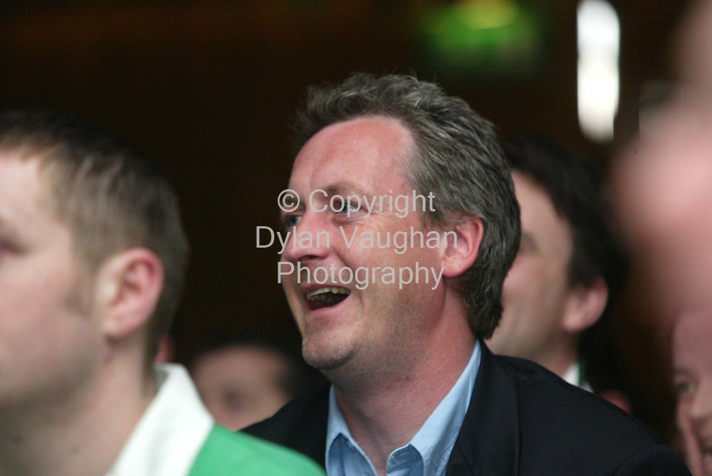 1/6/2002 Evening Herald.Barry Murphy of Apres Match pictured watching the match  in the Kilkenny Ormonde Hotel as part of the Murphys Cat Laughs Comedy Festival..Picture Dylan Vaughan