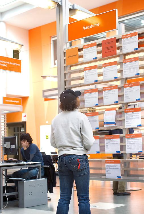Nederland Rotterdam 26-03-2009 20090326 Foto: David Rozing ..Serie UWV, Serie UWV, allochtone vrouw bekijkt  vacatures. UWV Werkbedrijf lokatie Schiekade centrum Rotterdam, de vroegere arbeidsbureaus ( CWI UWV ) De werkloosheid in Nederland begint op te lopen. Dat blijkt uit de jongste cijfers die het Centraal Bureau voor de Statistiek (CBS) de oorzaak is de krediet crisis Holland, The Netherlands, dutch, Pays Bas, Europe,  , allochtoon, allochtone, vrouw, meid, jonge, jonge,  allochtonen, , economische, financien, financiele, krimp, krimpen, nederlandse, economy..Foto: David Rozinge