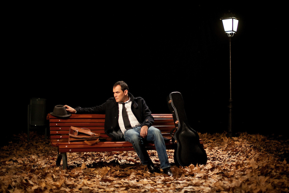 """Ismael Serrano. """"Acuérdate de vivir""""..Fotografía: MIGUEL PEREIRA; Dirección de Arte: LORENA SERRANO; Ayudantes de fotografía: DAVID ALAYÓN, MAMEN CALZADA; Maquillaje: ELENA; Producción: Alberto López Garrido; Plato: MEDINA."""