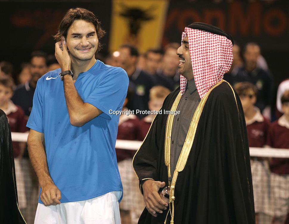 Qatar, Doha, ATP Tennis Turnier Qatar Open 2005,QTF Praesident Scheich Mohamed Bin Faleh Al-Thani und<br /> Roger Federer(SUI), Siegerehrung, 08.01.2005,<br /> Foto: Juergen Hasenkopf