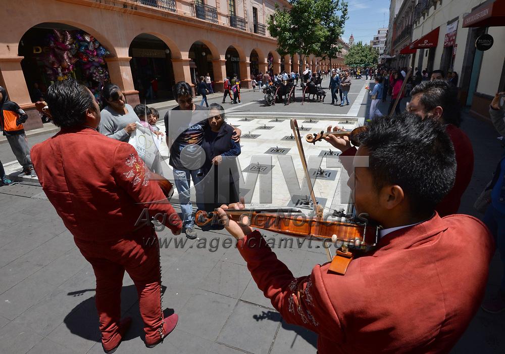 Toluca, México.- (Mayo 10, 2018).- Con música de mariachis y flores algunas mamás de Toluca fueron celebradas en el Día de la Madre. Agencia MVT / Crisanta Espinosa.
