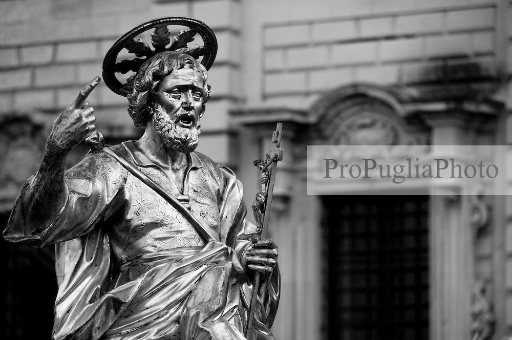 Lecce - Festeggiamenti in onore di Sant'Oronzo, San Giusto e San Fortunato. Statua di San Giusto e palazzo dell'ex seminario sullo sfondo.