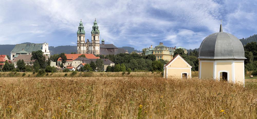 Sicht auf die Klosteranlage von Kloster Grüssau, Krzeszow in Niederschlesien vom Fuß des Kalvarienbergs aus.