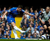 Photo: Ed Godden.<br />Chelsea v Everton. The Barclays Premiership. 17/04/2006.<br />Chelsea's Frank Lampard (L) shoots from outside the area.