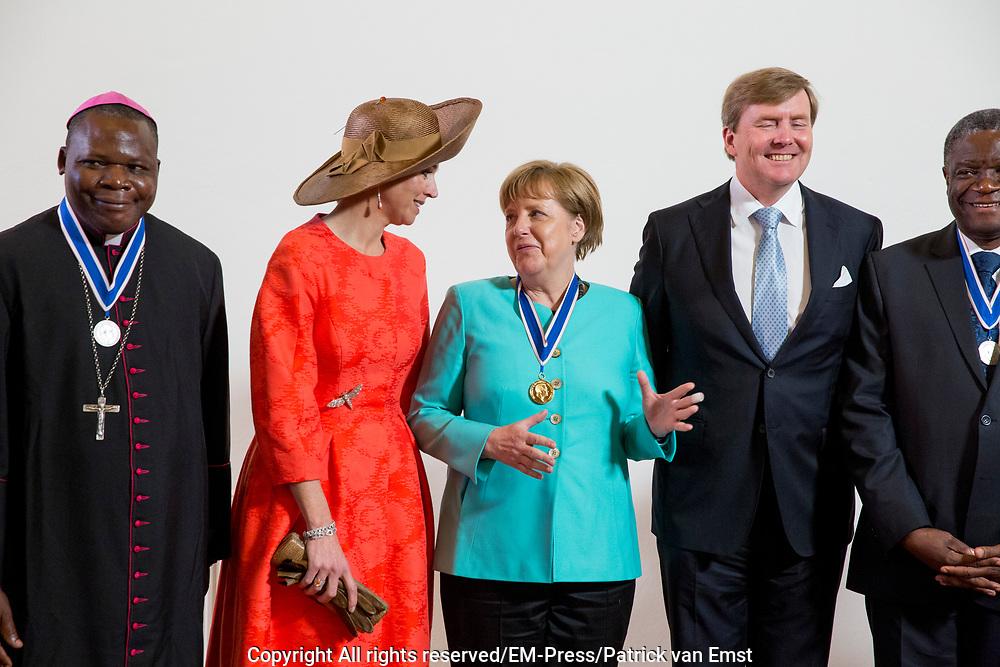 uUitreiking van de Four Freedoms Awards 2016 aan de Duitse bondskanselier Angela Merkel in de Nieuwe Kerk in Middelburg. De Four Freedom Awards is een prijs voor  de inzet van de vrijheid van meningsuiting, de vrijheid van godsdienst, de vrijwaring van gebrek en de vrijwaring van vrees.<br /> <br /> Presentation of the Four Freedoms Awards in 2016 to German Chancellor Angela Merkel in the Nieuwe Kerk in Middelburg. The Four Freedom Awards is a price for the use of freedom of expression, freedom of religion, freedom from want and freedom from fear.<br /> <br /> Op de foto / On the photo:  Prinses Beatrix, koning Willem-Alexander, koningin Maxima en Duitse bondskanselier Angela Merkel<br /> <br /> Princess Beatrix, King Willem-Alexander, Queen Maxima and German Chancellor Angela Merkel