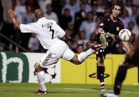 Fotball, 13. september 2005, Campions League, Lyon - Real Madrid 3-0,<br /> TIAGO (LYON) / ROBERTO CARLOS (REAL)<br /> <br /> PHOTO JEAN MARIE HERVIO / DIGITALSPORT<br /> NORWAY ONLY