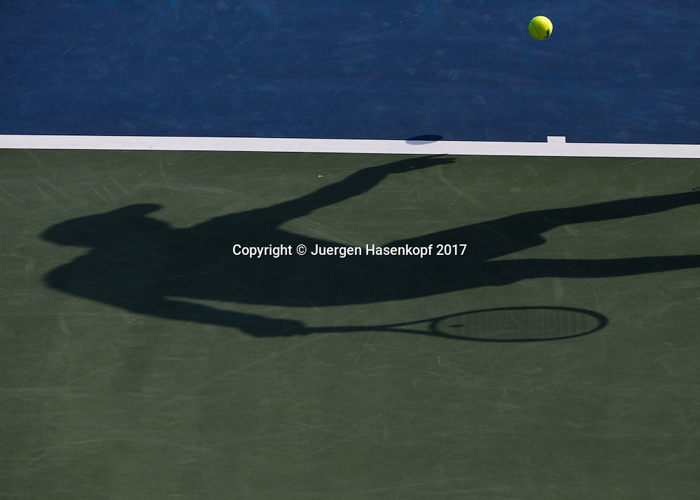 Dubai Tennis Feature, Tennis Spieler Schatten auf Hartplatz Belag,Symbolfoto<br /> <br /> Tennis - Dubai Duty Free Tennis Championships - ATP/WTA/ITF -  Dubai Duty Free Tennis Stadium - Dubai -  - United Arab Emirates  - 27 February 2017. <br /> &copy; Juergen Hasenkopf
