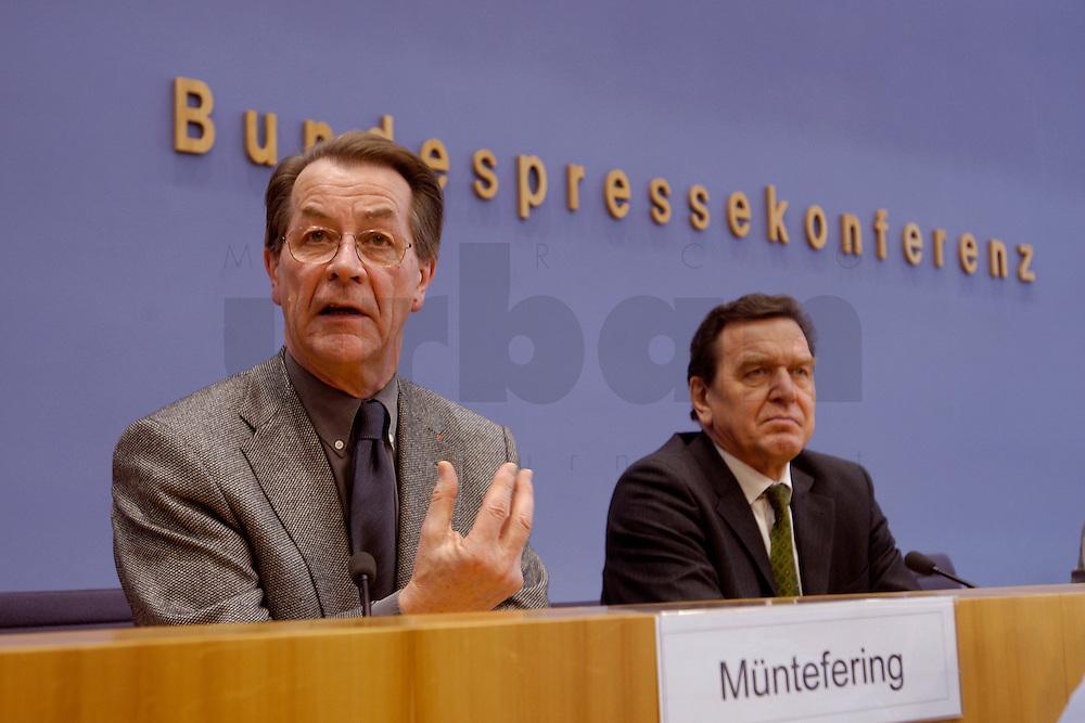 06 FEB 2004, BERLIN/GERMANY:<br /> Franz Muentefering (L), SPD Fraktionsvorsitzender, und Gerhard Schroeder (R), SPD, Bundeskanzler und SPD Parteivorsitzender, waehrend der Pressekonferenz zur Bekanntgabe von Schroeders Ruecktritt vom Parteivorsitz, Bundespressekonferenz<br /> IMAGE: 20040206-03-038<br /> KEYWORDS: Gerhard Schr&ouml;der, Franz M&uuml;ntefering, BPK, R&uuml;cktritt,