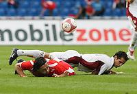 Fussball International Laenderspiel Schweiz - Venezuela Hakan YAKIN (SUI,li) gegen Alejandro GUERRA (VEN,re)