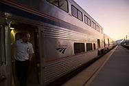 Solen har just g&aring;tt upp &ouml;ver horisonten i Montana. Amtrak g&ouml;r ett snabbt stopp.<br /> <br /> Foto: Christina Sj&ouml;gren
