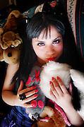 Mujer joven posando vestida de muñeca entre muñecos. Sesión en Valparaíso, Chile.