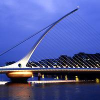 IRL , IRLAND : Samuel-Beckett-Bruecke ueber dem Liffey Fluss in Dublin . |IRL , IRELAND : Samuel Beckett Bridge in Dublin across Liffey river|.  10.04.2011.   Copyright by : Rainer UNKEL , Tel.: (0)171/5457756