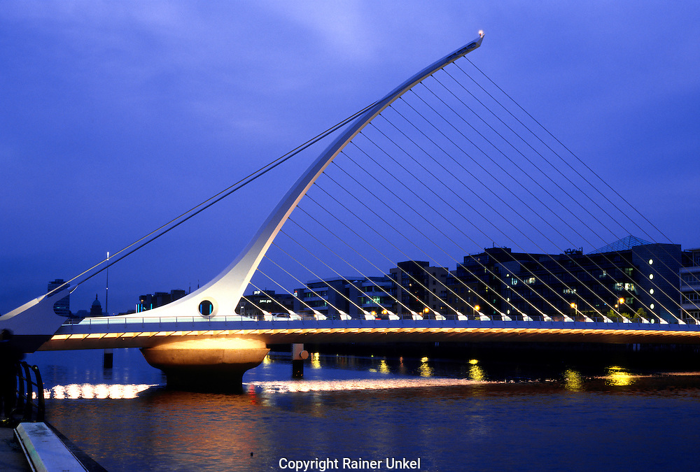 IRL , IRLAND : Samuel-Beckett-Bruecke ueber dem Liffey Fluss in Dublin . |IRL , IRELAND : Samuel Beckett Bridge in Dublin across Liffey river|.  10.04.2011.   Copyright by : Rainer UNKEL , Tel.: (0)171/5457756