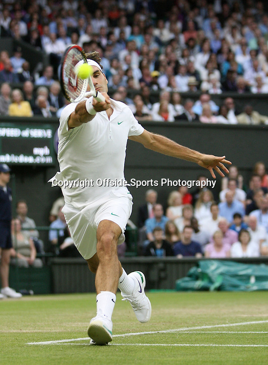 29/06/2012 - Wimbledon (Day 5) - Roger FEDERER (SUI) vs. Julien BENNETEAU (FRA) - Roger Federer hits a forehand - Photo: Simon Stacpoole / Offside.