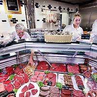 Nederland, Amsterdam , 23 september 2014.<br /> Overname van slagersgroothandel Canter (de eigenaar van de Hergoslagerijen)<br /> Tweevoudig Industributiewinnaar Dutch Grill Specialties neemt Canter Vleeswarenfabriek over.<br /> 'Canter Vleeswarenfabriek B.V. heeft in haar Mission Statement staan: gegarandeerd genieten van premium runder-, kalfs- en lamsvleeswaren en dit sluit naadloos aan bij de visie van de DGS Group', aldus Dutch Grill Specialties in een persbericht.<br /> Familiebedrijf Canter is een familiebedrijf (sinds 1930) en is actief in premium runder-, kalfs- en lamsvleeswaren en heeft landelijke bekendheid met het 'Amsterdammertje', Amsterdamse Ossenworst. Naast Canter Vleeswarenfabriek behoren ook vijf premium slagerijen 'Hergo, de slager met een koksmuts' tot het Amsterdamse bedrijf. Canter en Hergo vormen samen een combinatie van productie- en retailbedrijf, waarbij de slagerijen de schakel tussen de fabriek en consumenten vormen en tevens dienen als pilotstores.<br /> Op de foto: de Hergo slagerij in de Beethovenstraat.<br /> Foto:Jean-Pierre Jans