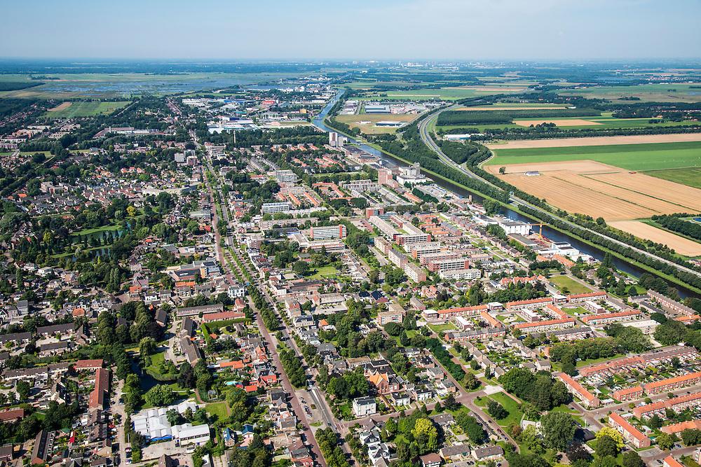 Nederland, Groningen, Hoogezand-Sappemeer, 27-08-2013;<br /> Zicht in westelijke richting. Noorderstraat loopt dwars door de woonwijken van Hoogezand-Sappemeer.  Winschoterdiep (rechts) loopt ten noorden van de stad.<br /> The village of Hoogezand-Sappemeer in the north of the Netherlands.<br /> Aan de horizon het platteland van Groningen.<br /> luchtfoto (toeslag op standaard tarieven);<br /> aerial photo (additional fee required);<br /> copyright foto/photo Siebe Swart.
