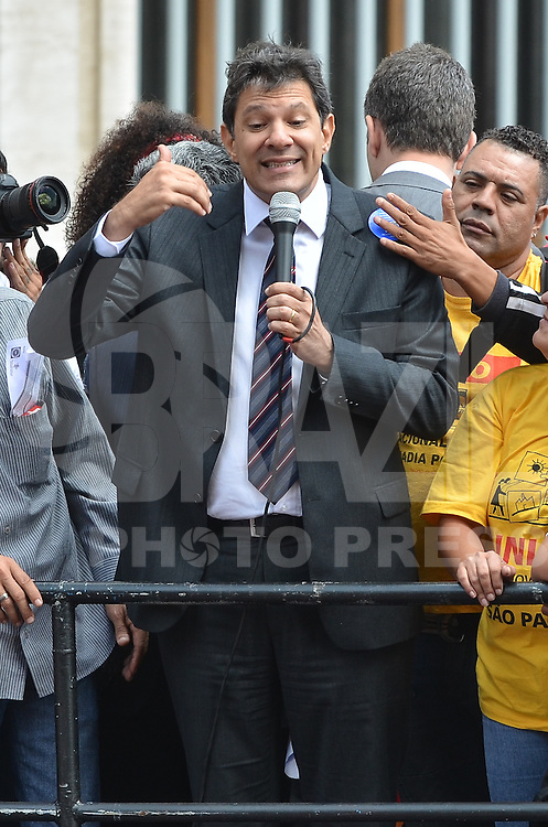 SAO PAULO, 17 DE ABRIL DE 2013 - HADDAD PROTESTO MORADIA - O Prefeito Fernando Haddad em discurso durante protetso de MOvimentos por Moradia Integrantes na frente da Prefeitura de São Paulo, na manhã desta quarta feira, 17, região central da capital. Os movimentos alegam que após cem dias de governo, a política da Prefeitura em relação a moradia representa uma derrota na luta popular por habitação.  (FOTO: ALEXANDRE MOREIRA / BRAZIL PHOTO PRESS)