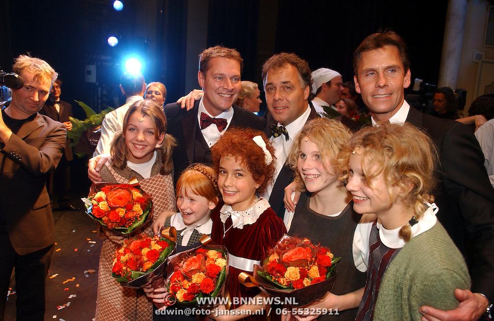 NLD/Tilburg/20051023 - Premiere musical Annie, kinderen, Annie en Aad Ouborg, Albert verline en Roel Vente