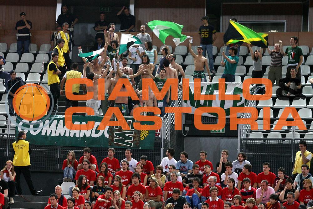DESCRIZIONE : Roma Lega A1 2005-06 Play Off Quarti Finale Gara 4 Lottomatica Virtus Roma Montepaschi Siena <br />GIOCATORE : Tifosi<br />SQUADRA : Montepaschi Siena<br />EVENTO : Campionato Lega A1 2005-2006 Play Off Quarti Finale Gara 4 <br />GARA : Lottomatica Virtus Roma Montepaschi Siena <br />DATA : 25/05/2006 <br />CATEGORIA : Tifosi<br />SPORT : Pallacanestro <br />AUTORE : Agenzia Ciamillo-Castoria/G.Ciamillo