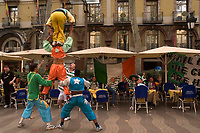 """Fotball<br /> Foto: SBI/Digitalsport<br /> NORWAY ONLY<br /> <br /> Barcelona v Celtic<br /> UEFA Champions League. 24/11/2004.<br /> <br /> Celtic Fans are entertained by street performers on Spain's famous street """"La Rambla"""" during the afternoon before the match."""