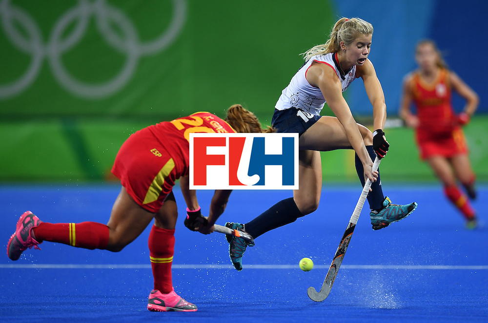 Spain's Xantal Gine (L) vies with Britain's Sophie Bray during the women's quarterfinal field hockey Britain vs Spain match of the Rio 2016 Olympics Games at the Olympic Hockey Centre in Rio de Janeiro on August 15, 2016. / AFP / MANAN VATSYAYANA        (Photo credit should read MANAN VATSYAYANA/AFP/Getty Images)