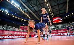 08-07-2017 NED: World Grand Prix Netherlands - Thailand, Apeldoorn<br /> Third match of first weekend of group C during the World Grand Prix / Clinic van Prima Donna Kaas voor aanvang van de wedstrijd