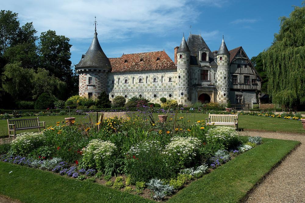 Le Ch&acirc;teau de Saint-Germain-de-Livet, class&eacute; Monument Historique, est remarquable par son architecture. Entour&eacute; de douves, il r&eacute;unit un manoir &agrave; pan de bois de la fin du XV&egrave;me si&egrave;cle et une construction en pierre et brique verniss&eacute;e du Pr&eacute; d'Auge, de la fin du XVI&egrave;me si&egrave;cle.<br /> Saint Gertmain de Livet, France. 19/07/2013.