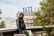 22102014. Paris. Cinéma le Louxor. Conférence de presse et projection d'un court-métrage réalisé par un collectif de cinéastes et destiné à obtenir la régularisation de 18 sans-papiers travaillant dans le salon de coiffure du 57 boulevard de Strasbourg en grève depuis trois mois. Nosa, l'un des grévistes, fume une cigarette.