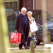 NLD/Laren/20060401 - TROS voorzitter Karel van Doodeweerd en partner winkelend in Laren
