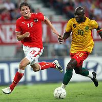 Fotball<br /> Østerrike v Kamerun<br /> 12.08.2009<br /> Foto: Gepa/Digitalsport<br /> NORWAY ONLY<br /> <br /> Bild zeigt Sebastian Proedl (AUT) und Achille Emana (CMR)