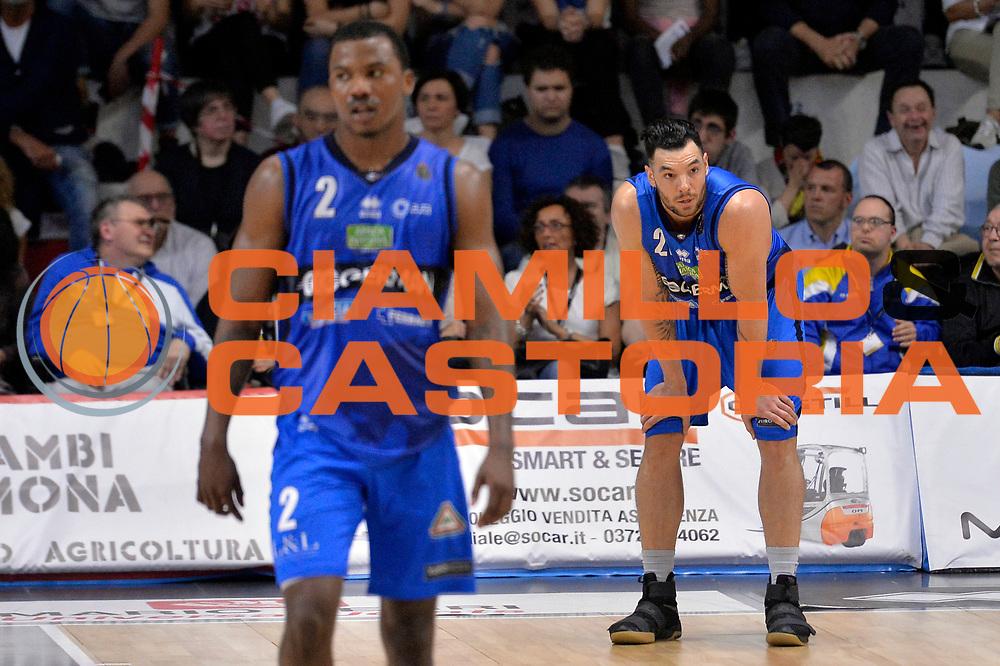 Christian Burns, Lee Moore<br /> Vanoli Cremona - Germani Basket Brescia Leonessa<br /> Lega Basket Serie A 2016/2017<br /> Cremona, 09/04/2017<br /> Foto M.Ceretti / Ciamillo - Castoria
