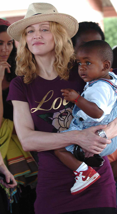 MALAWI, AFRICA:.Madonna and baby David visit Mpandula on day four of their visit to Malawi on 19/April/07..PHOTOGRAPH BY TERRY KANE/ BARCROFT MEDIA LTD.+ 44 (0) 208 880 4977 www.barcroftmedia.com