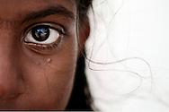 Øjet af en ung pige. Klimaforandringerne kan få store dele af Maldiverne til at forsvinde. Maldiverne, der ligger ud for Indiens sydspids, er et af de lande i verden, der er mest truet af klimaforandringerne og stigningen i havenes vandstand. FN skønner, at store dele af Maldiverne vil være forsvundet i 2100. Der bor 350.000 mennesker på Maldiverne. Det højeste punkt for de 1190 koraløer er 2,4 meter over havets overflade. Editorial released.